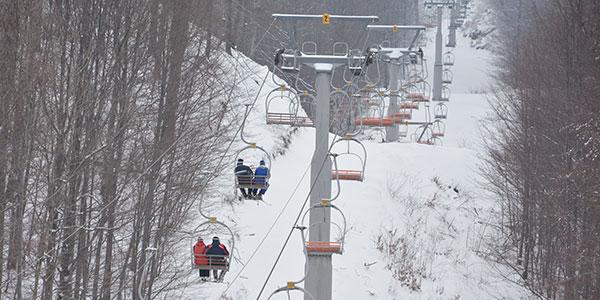 Žičara na Crnom Vrhu kod Bora u snežnim uslovima