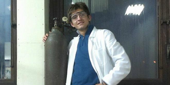 Nemanja Aksić kao hemičar u mantilu